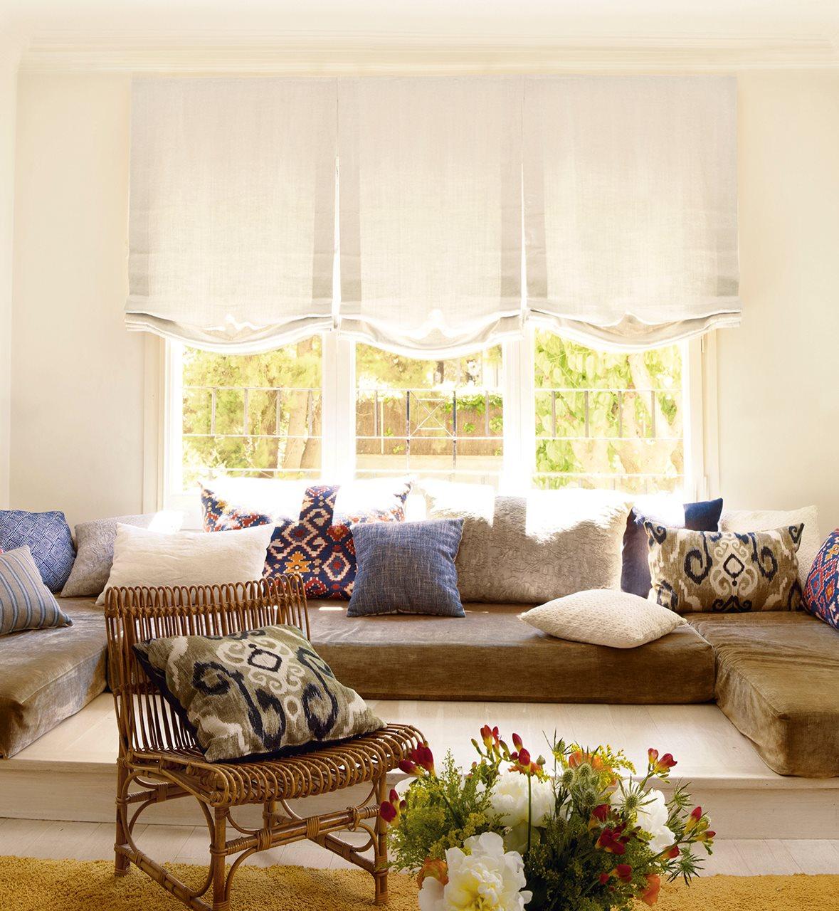 Una cortina para cada ventana for Salas con cojines en el piso