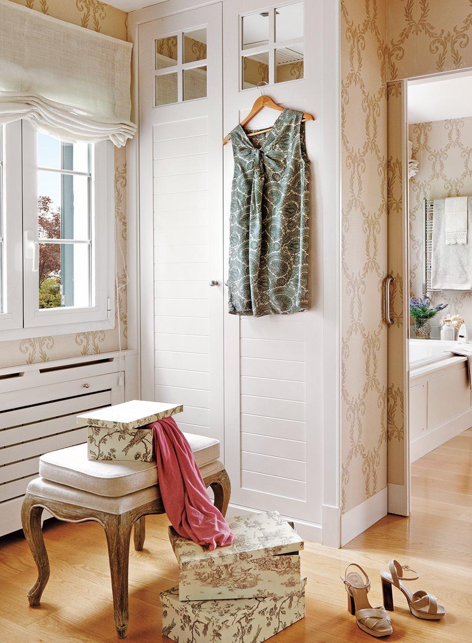 un armario junto a la puerta