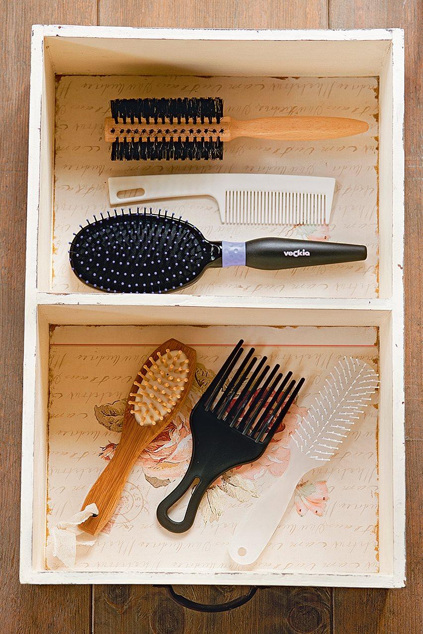 Cajón blanco con cepillos y peines. Limpieza en el baño.