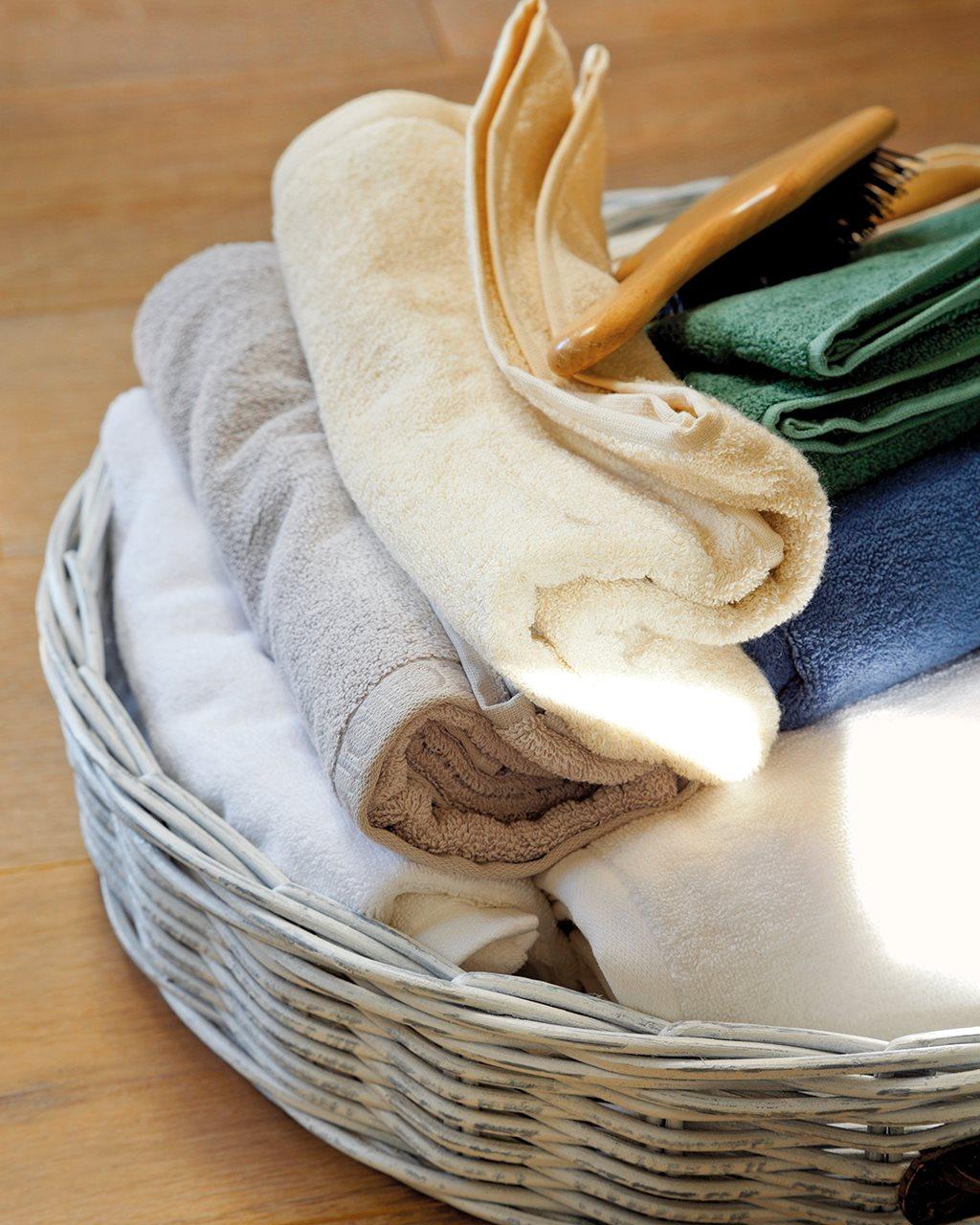 Detalle de cesto de mimbre con toallas. Toallas siempre a punto.