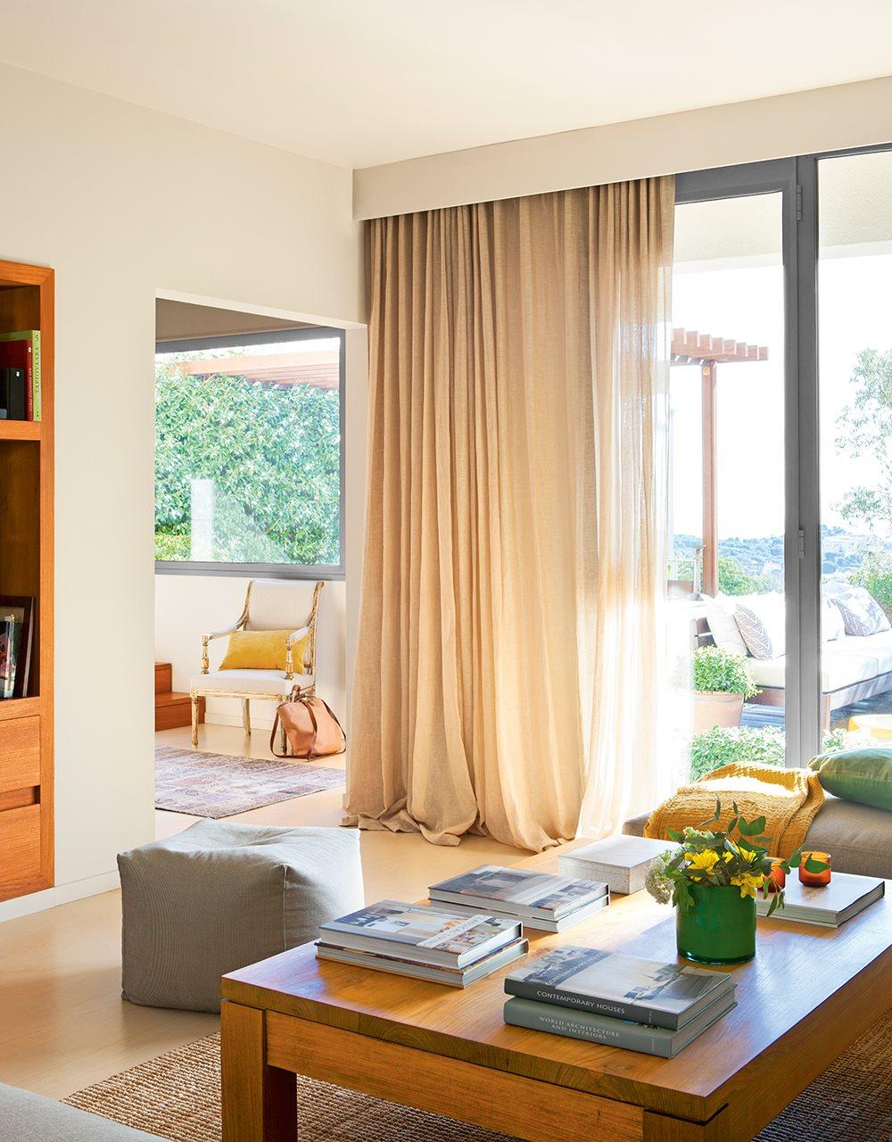 Reforma de una casa con terraza - Mesita auxiliar sofa ...