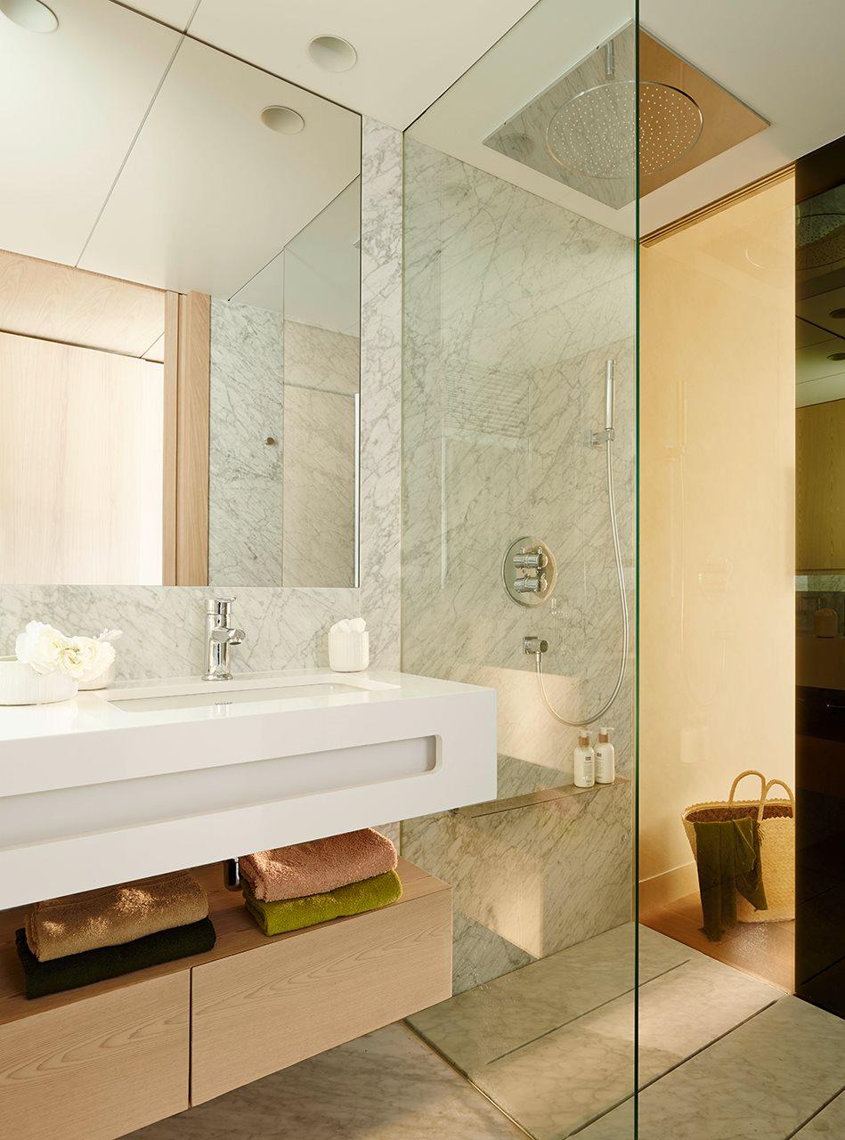 Una ducha peque a hazla c moda - Instalar una mampara de ducha ...