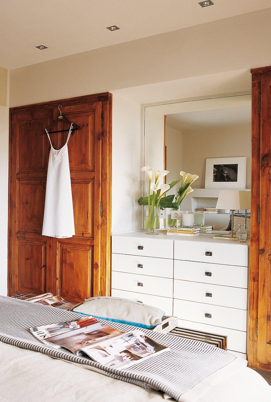 Cajones para tenerlo todo en orden for Roperos empotrados para dormitorios con espejo