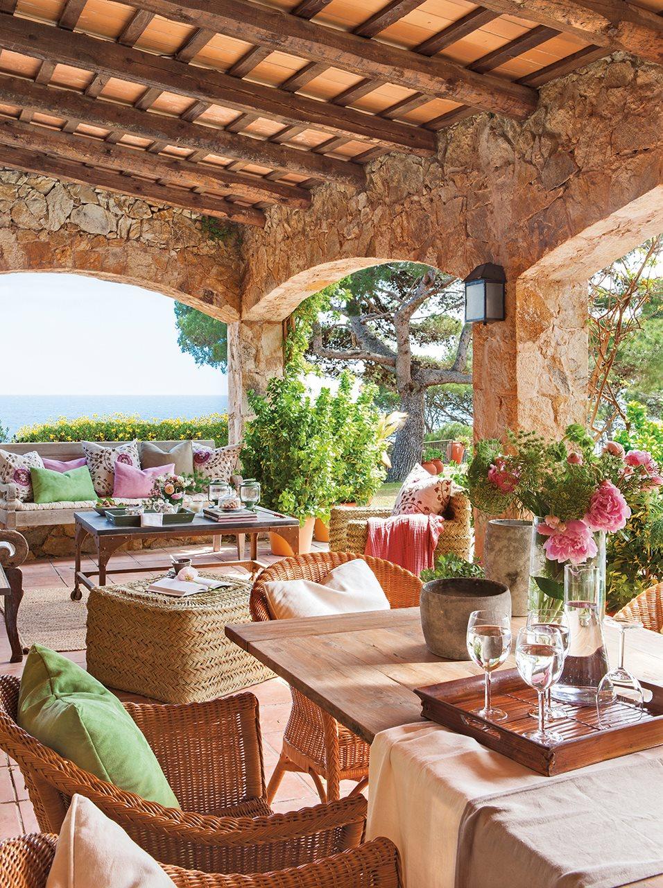 Un porche de campo y con vistas al mar for Decoracion antejardin