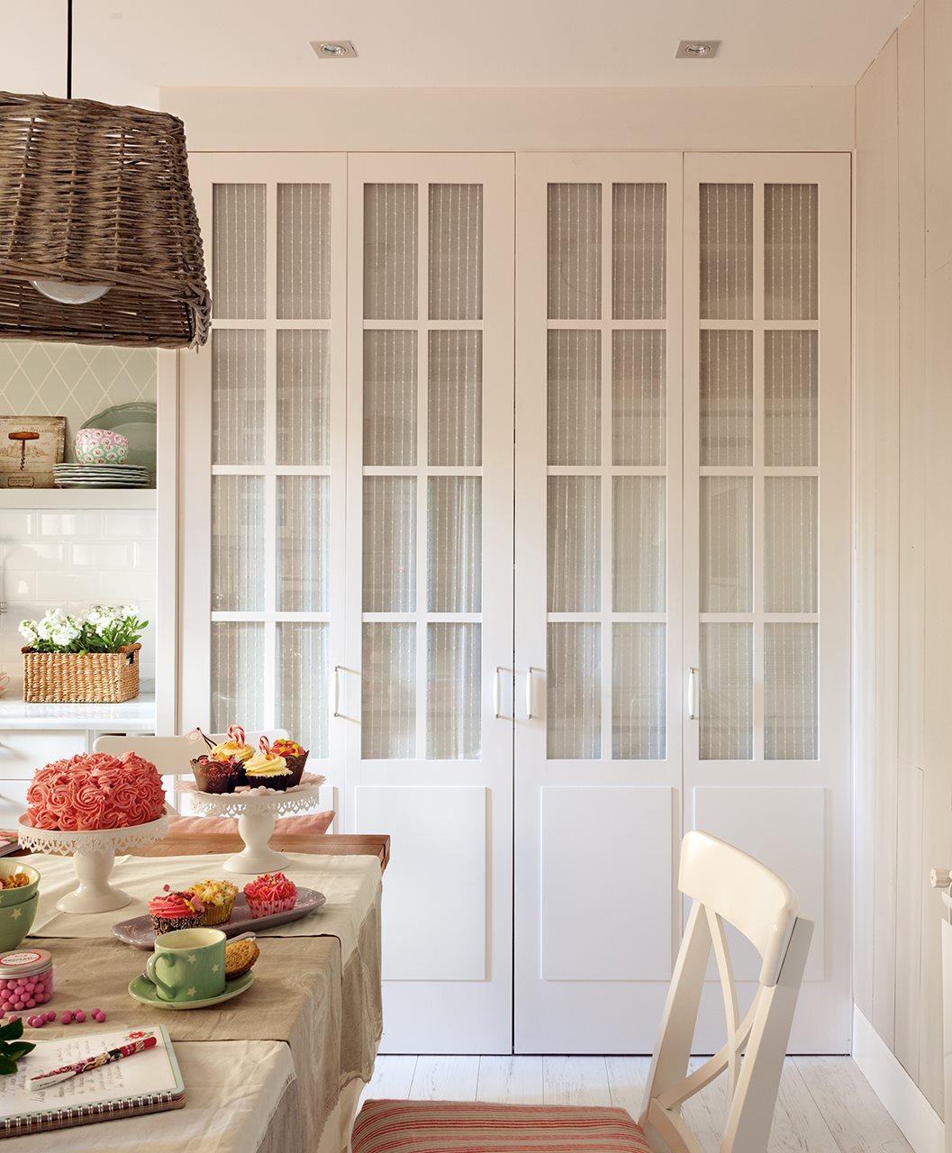 Tres cocinas en blanco y con mucho orden - Como forrar un armario por dentro ...