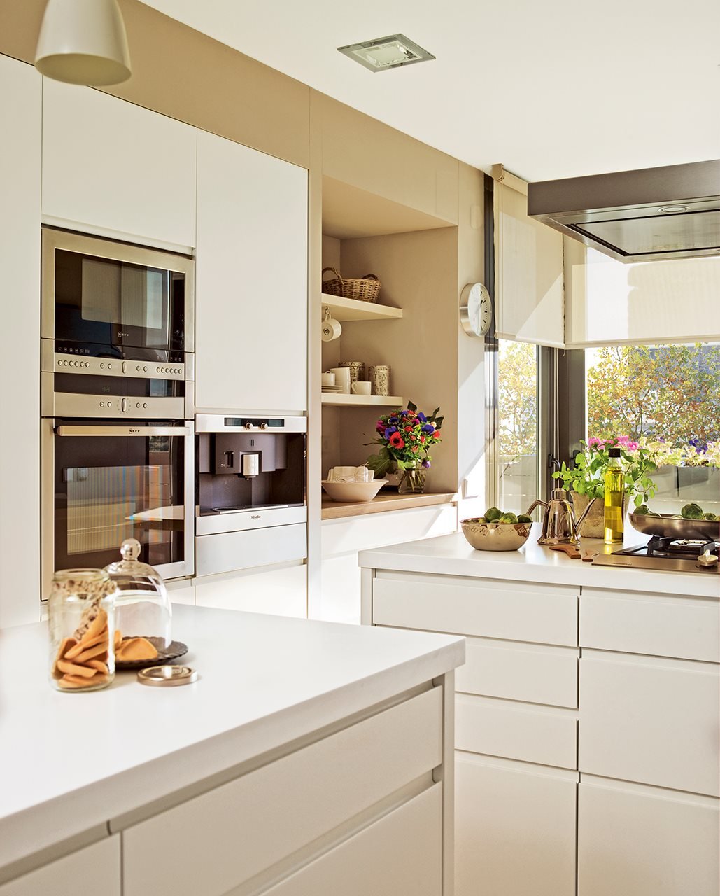 La cocina de los mil cajones for Colgar microondas cocina