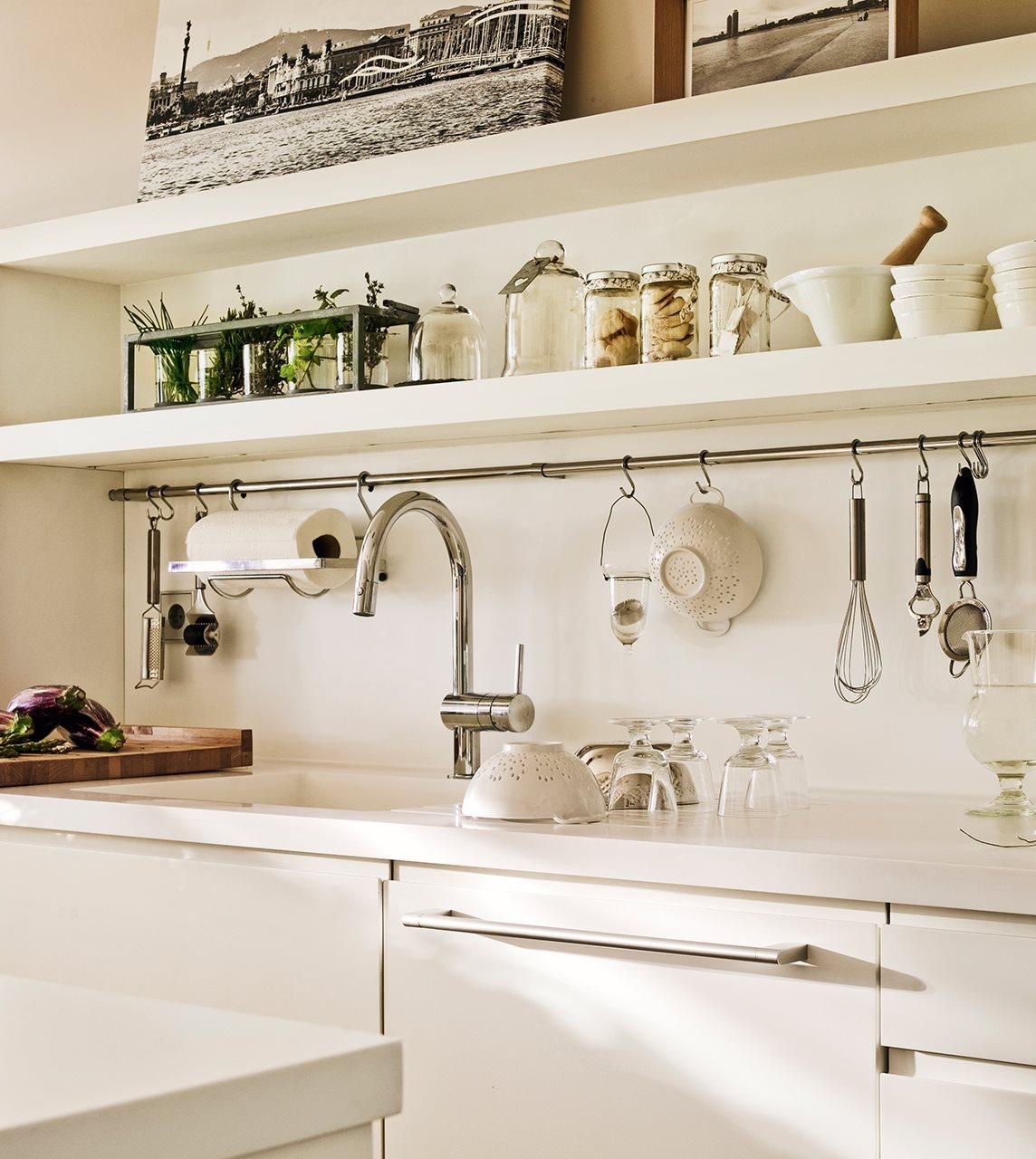 La cocina de los mil cajones for Colgar utensilios de cocina