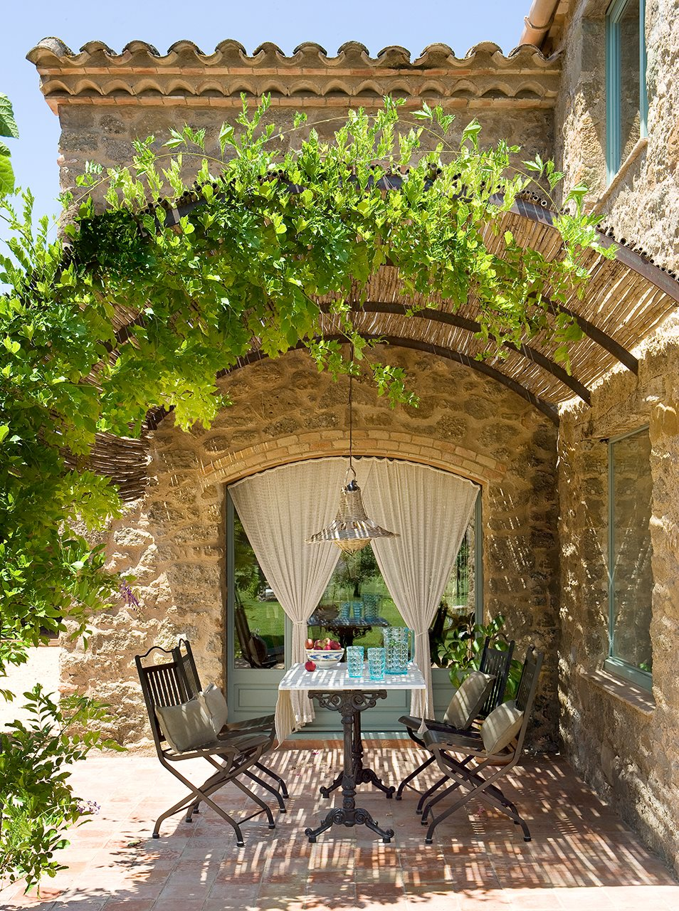Los 15 mejores comedores de exterior for Como decorar el patio de la casa