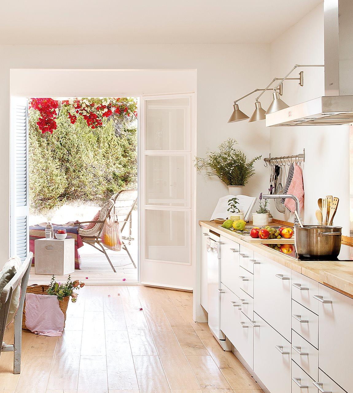 Peque a casita blanca y azul en formentera - Cocinas con salida al patio ...