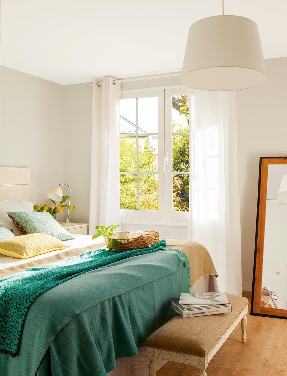 Reforma de una casa con terraza llena de plantas y color verde for Espejo de pie dormitorio