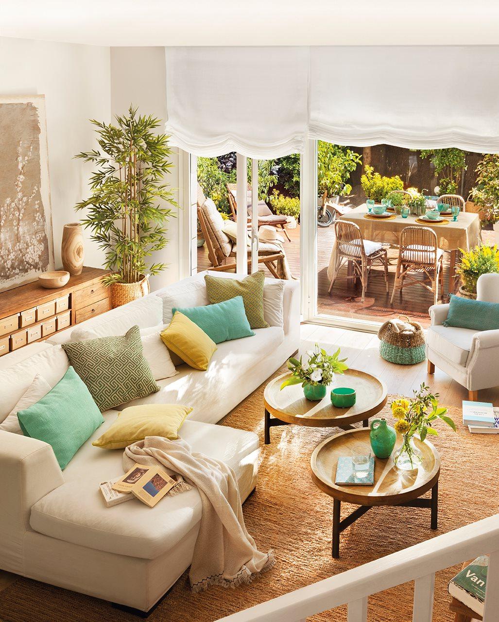 Reforma de una casa con terraza llena de plantas y color verde for Decoracion hogar