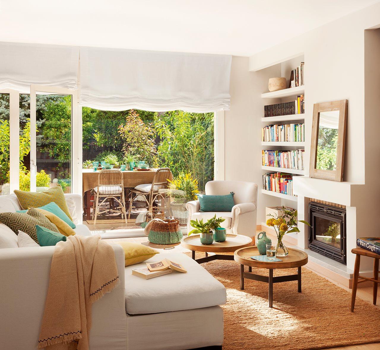 Reforma de una casa con terraza llena de plantas y color verde for Comedor con chimenea