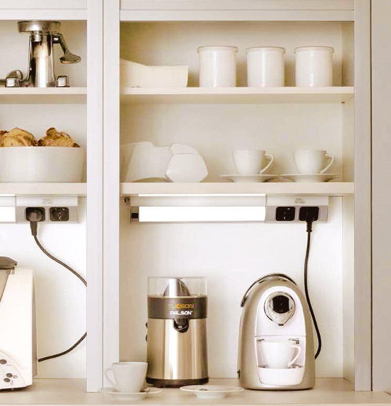 Una cocina mini puede ser perfecta - Estanterias con luz ...