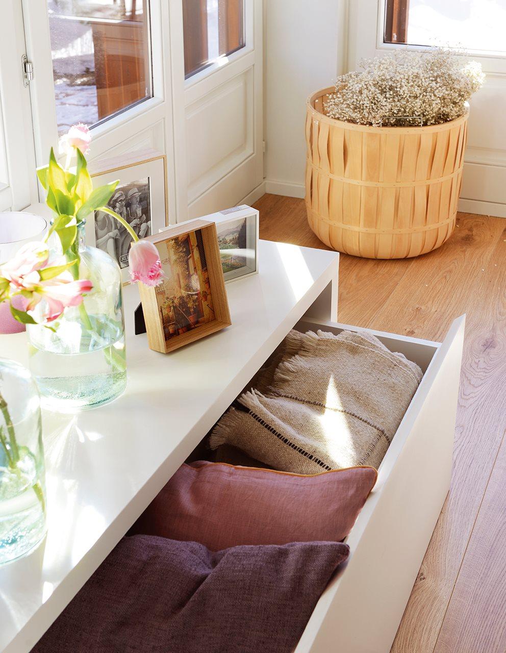 Una casa r stica en blanco y madera clara - Asiento con almacenaje ...