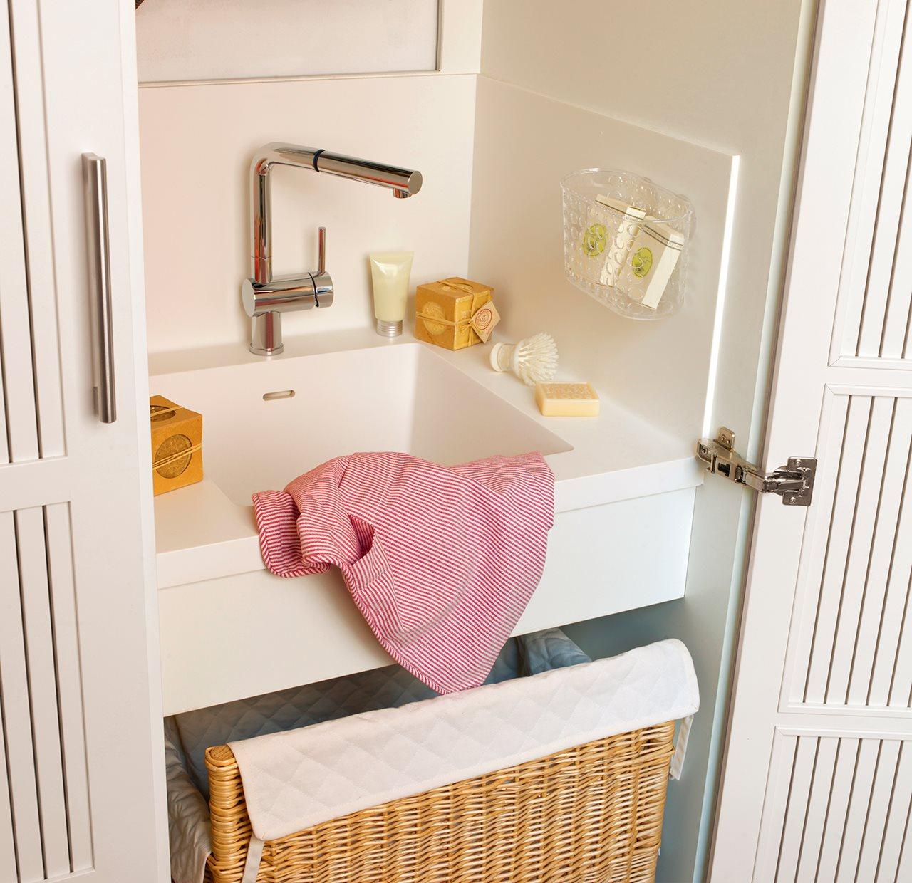 Un lavadero oculto en un armario for Fregadero ropa