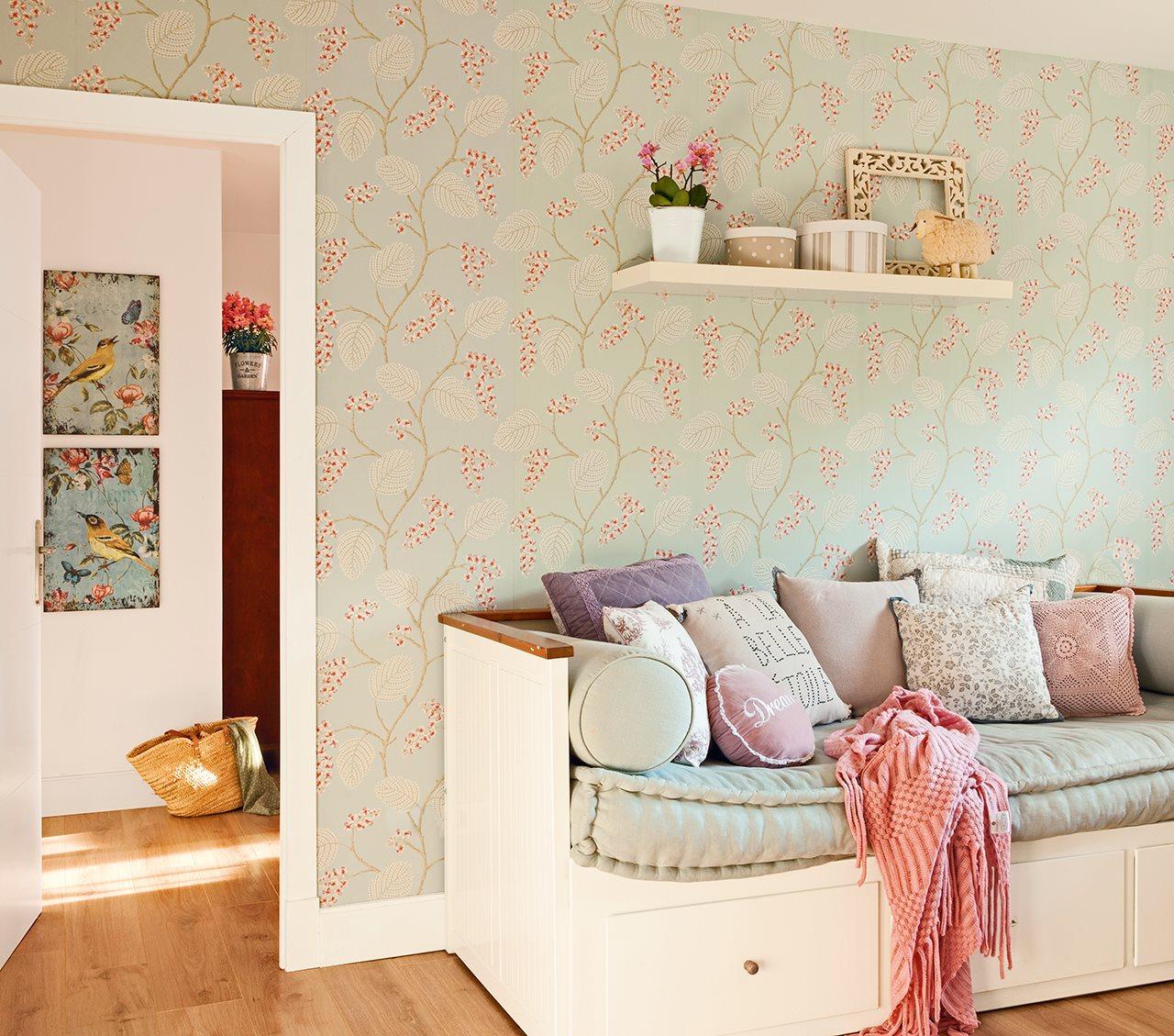 La casa de una estilista de decoraci n en madrid - Habitacion con papel pintado ...