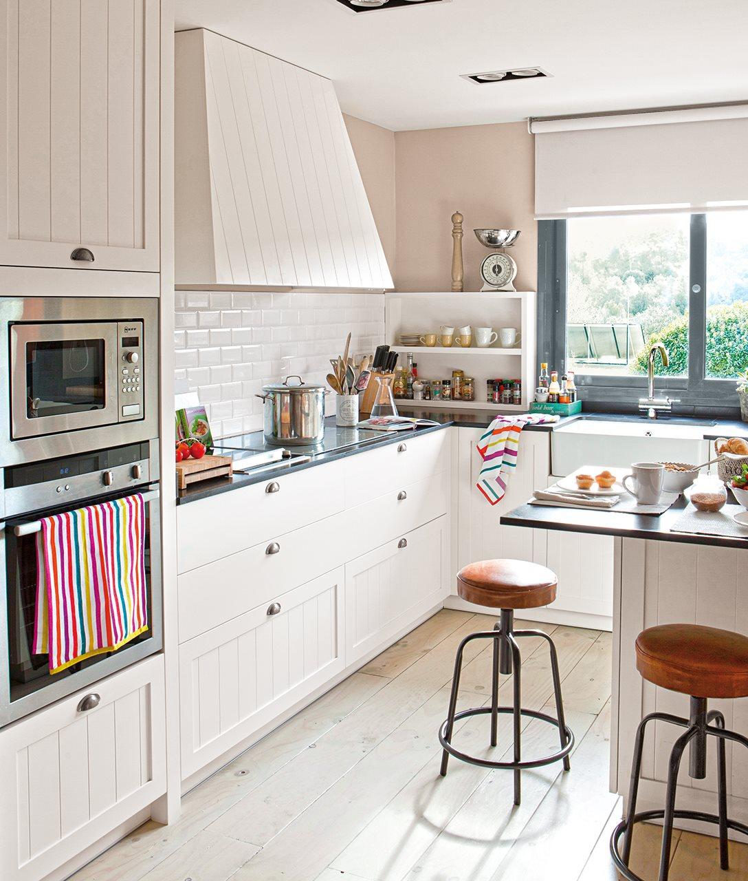 C mo aprovechar el espacio en cocinas peque as for Modelos de cocinas pequenas con desayunador