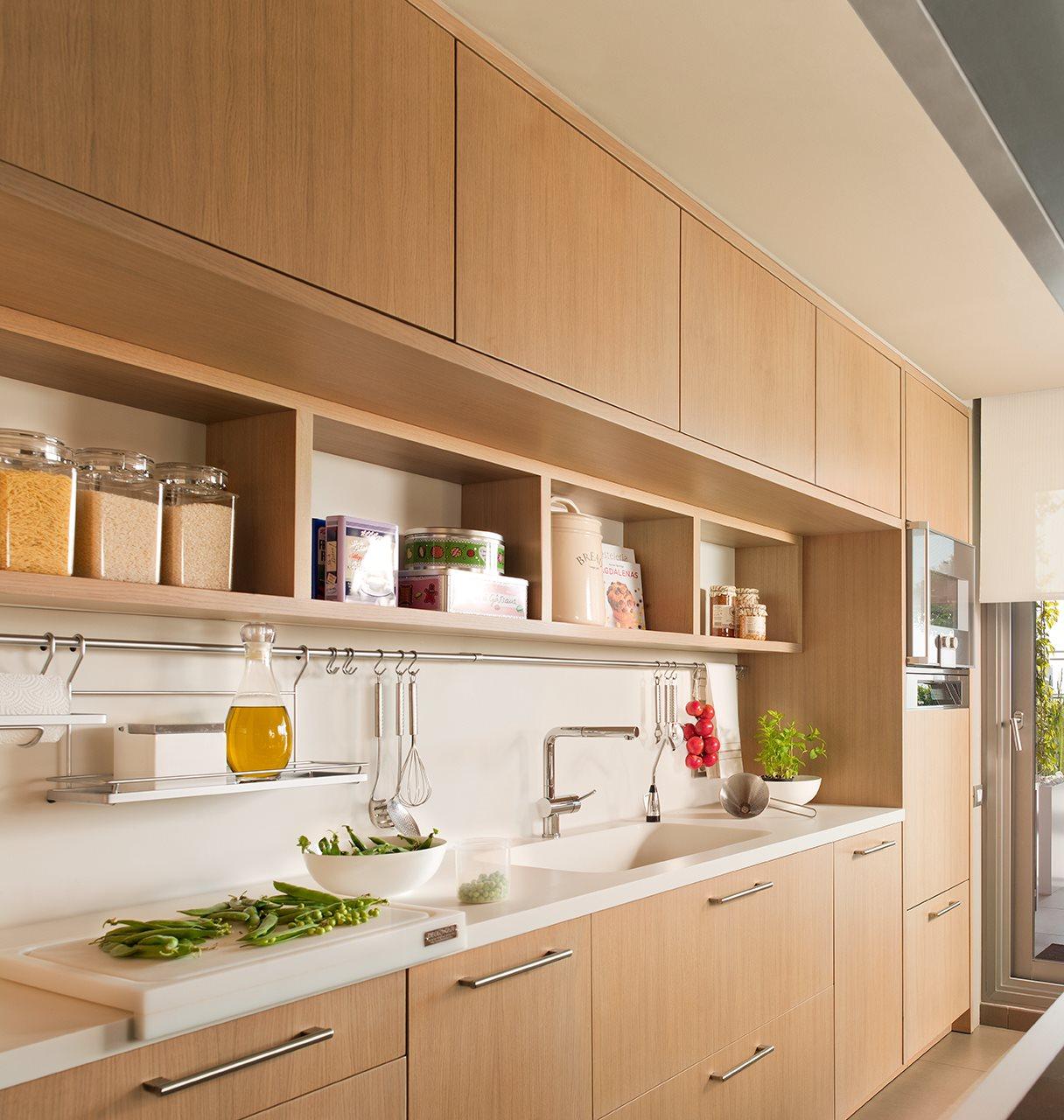 C mo aprovechar el espacio en cocinas peque as for Estanterias cocinas pequenas