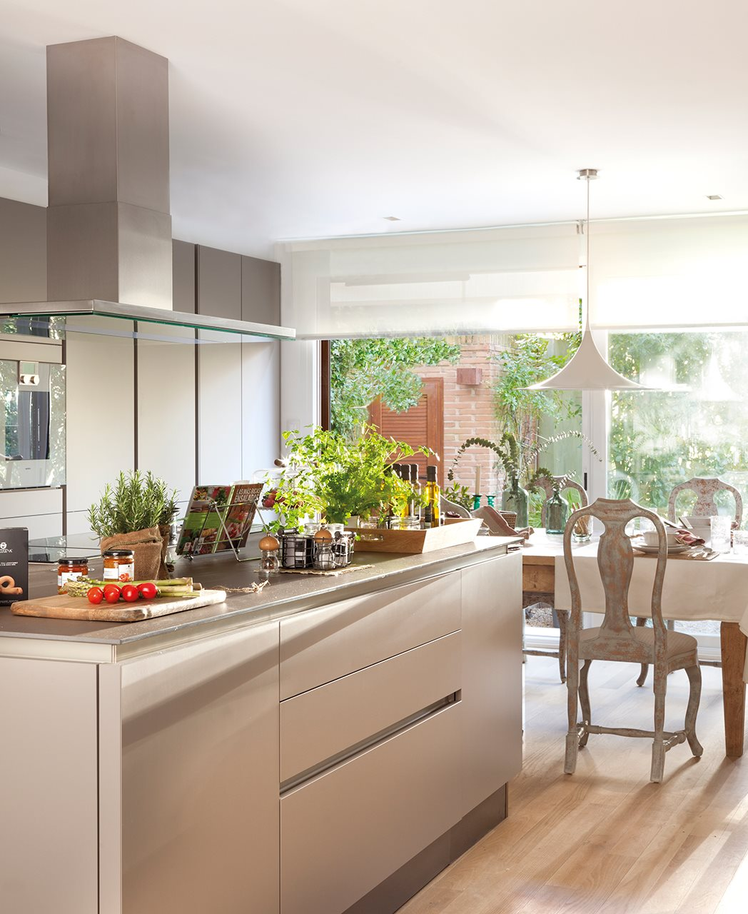 3 cocinas abiertas muy bien integradas for Living comedor en l