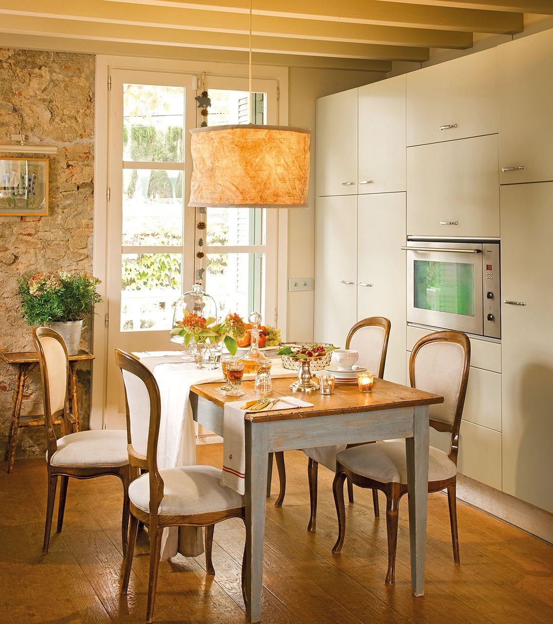 3 cocinas abiertas muy bien integradas for Mesas de cocina rusticas