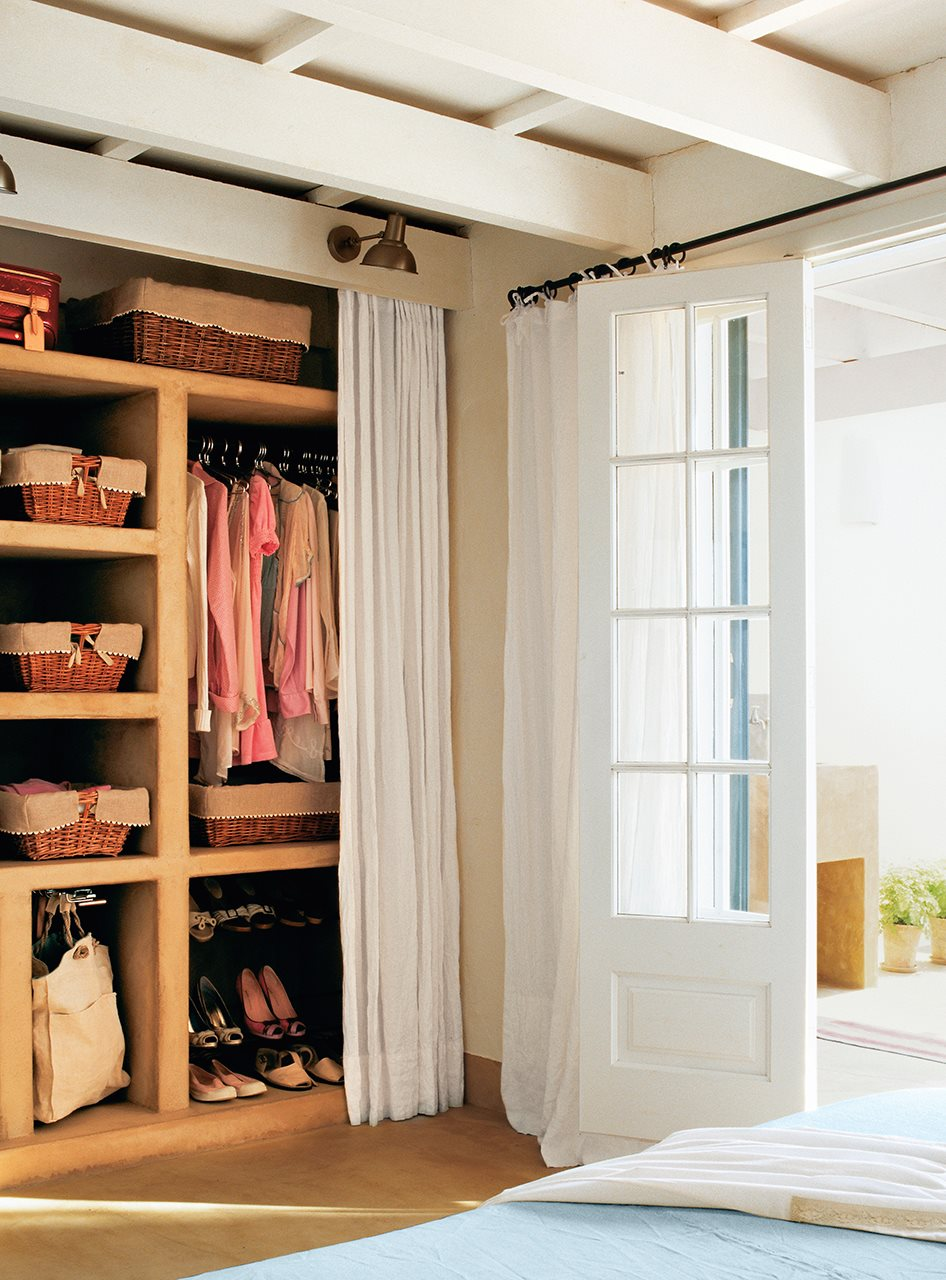 C mo tener un armario m s en casa for Cortinas para puertas de armarios