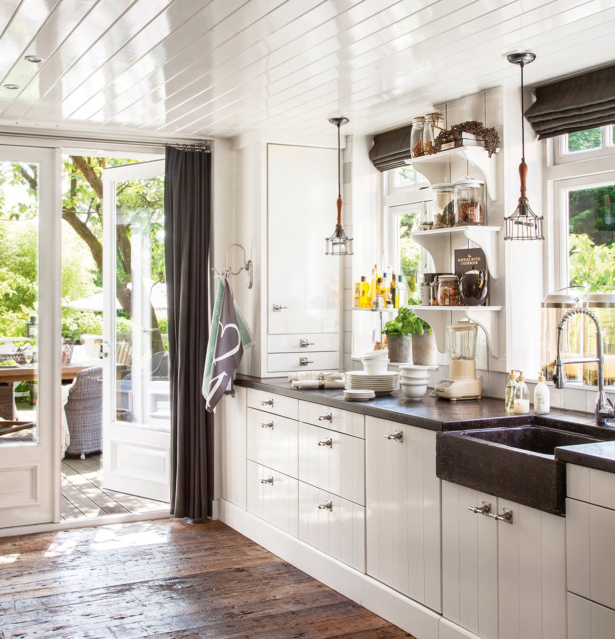 Una casa familiar con detalles artesanales y un porche - Fregaderos de cocina blanco ...