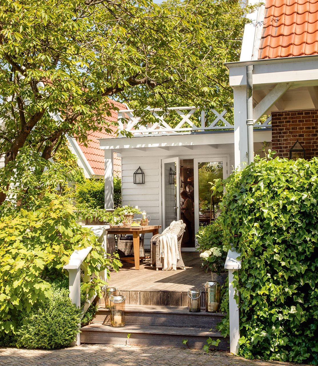 Una casa familiar con detalles artesanales y un porche for Farolillos de exterior