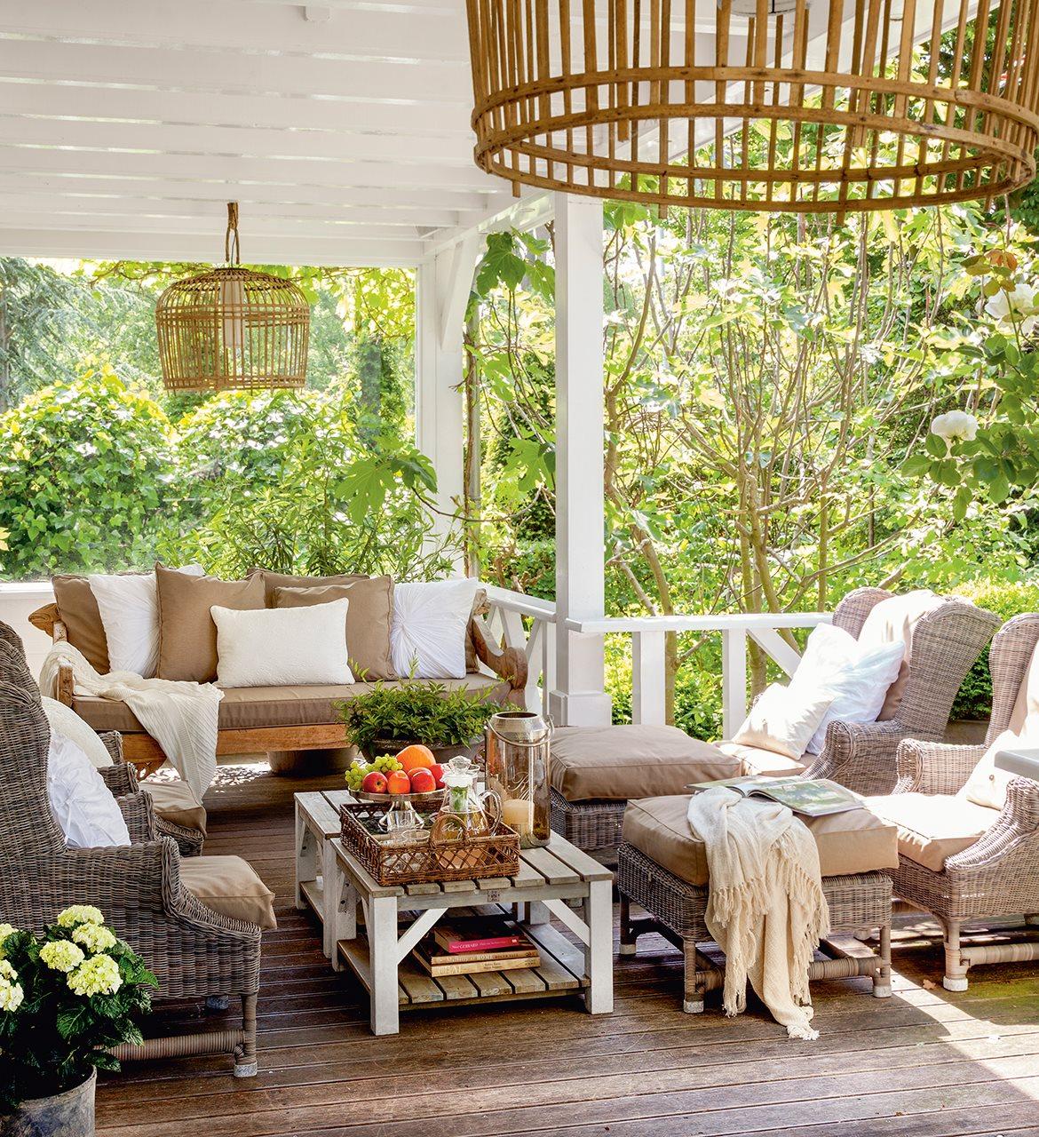 Una casa familiar con detalles artesanales y un porche for Muebles porche