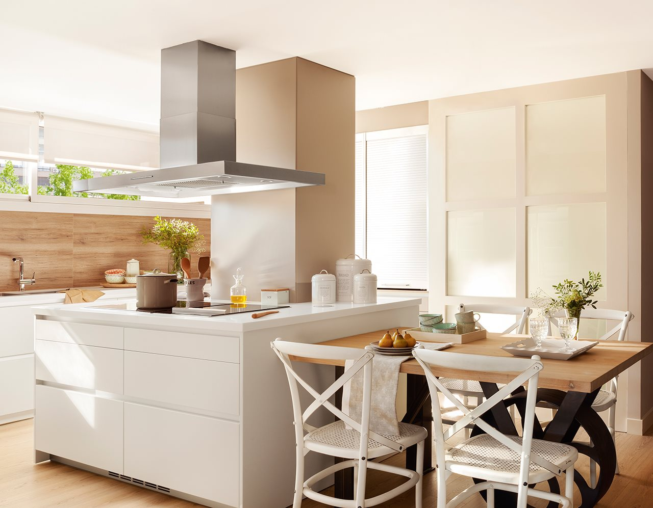 Reforma con puertas correderas - Isla de cocina con mesa ...
