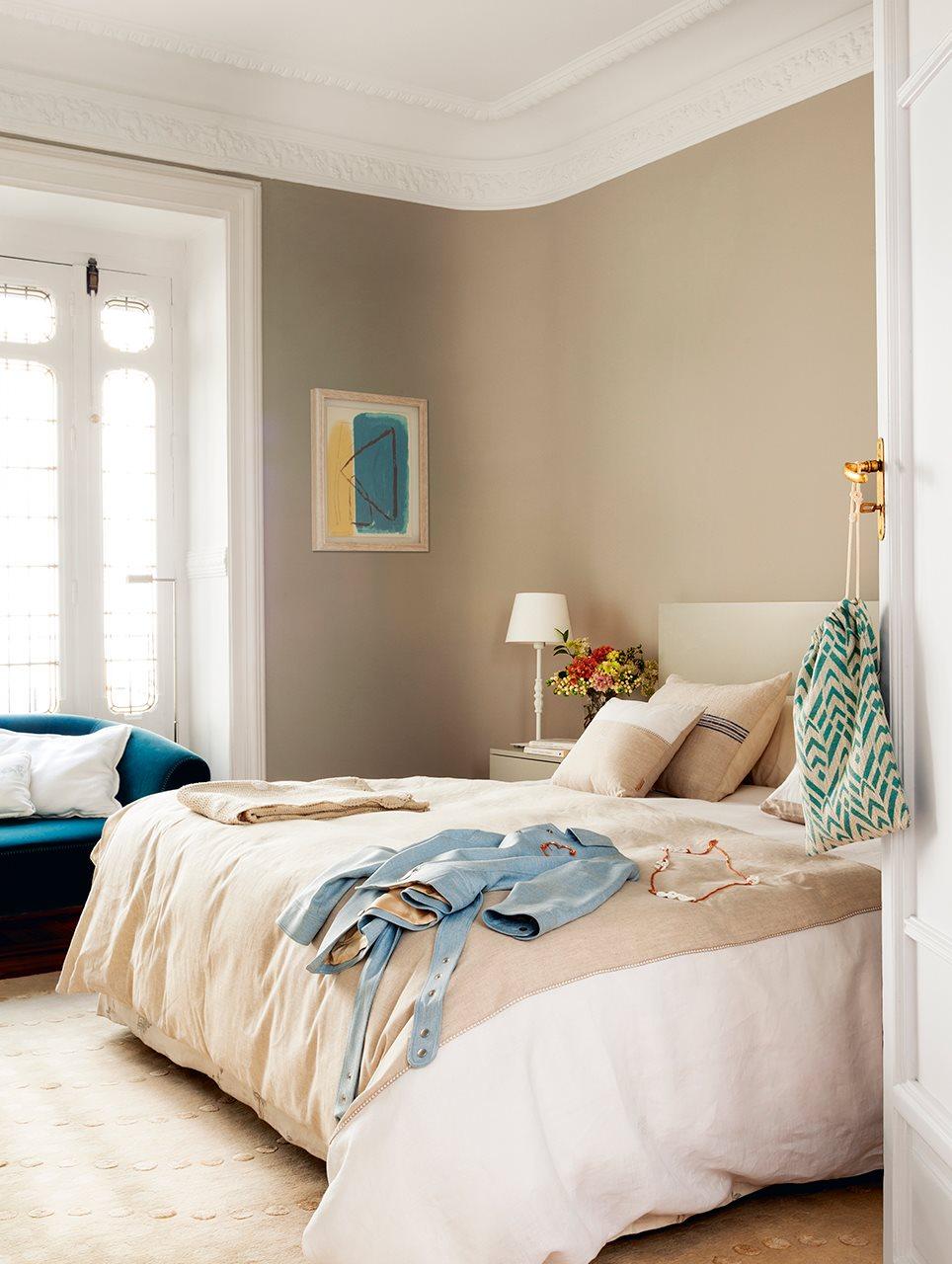 Piso antiguo rehabilitado con mucha luz for Color tostado pared