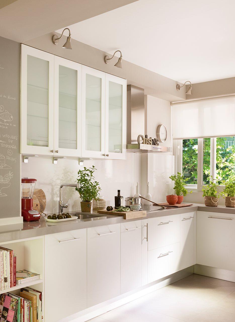 Una oficina transformada en un luminoso piso - Cocinas con muebles blancos ...