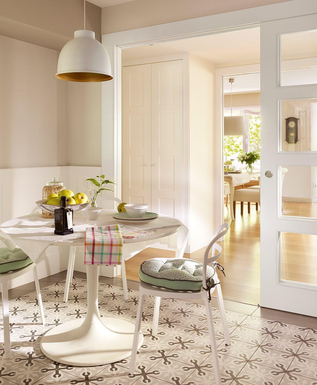 Una oficina transformada en un luminoso piso for Habitaciones con puertas correderas