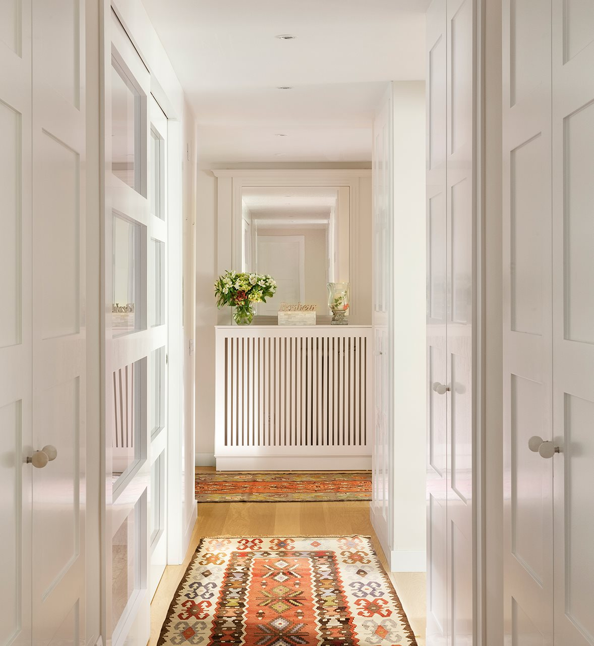 Una oficina transformada en un luminoso piso - Armario pasillo ...