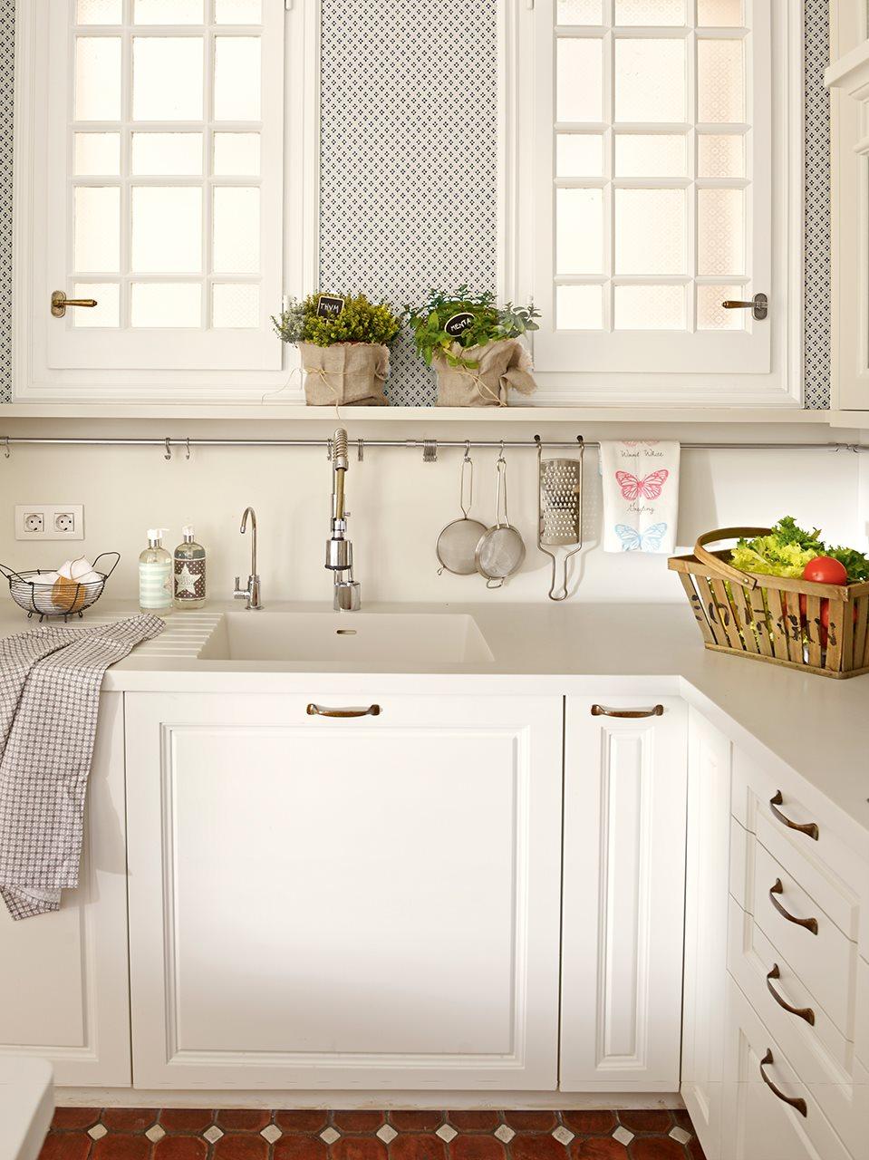 C mo es una cocina peque a bien aprovechada - Cocinas con campana decorativa ...