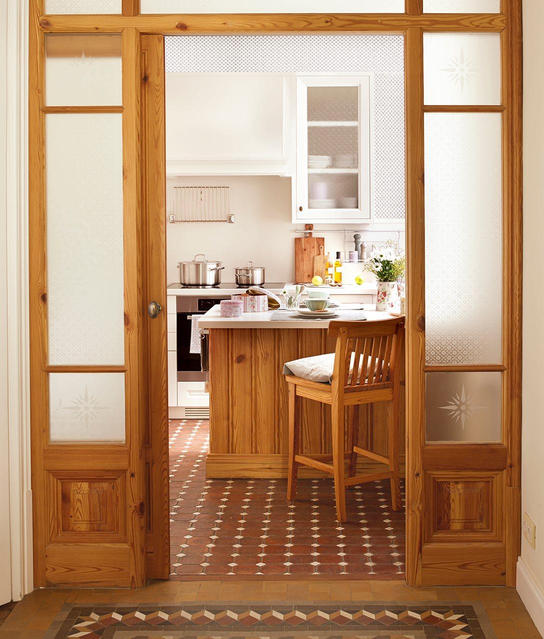 entrada a cocina con suelo de barro madera natural