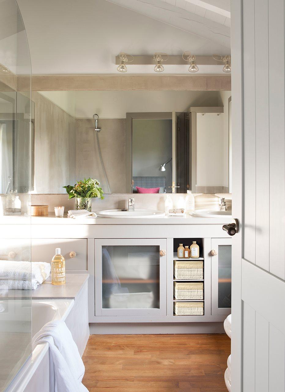 Baño Con Vista Al Jardin:Baño con lavamanos doble en tonos grises