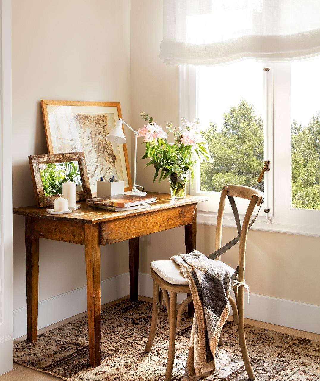 Rincón con mesilla a modo escritorio. Apoyado sobre un mueble.