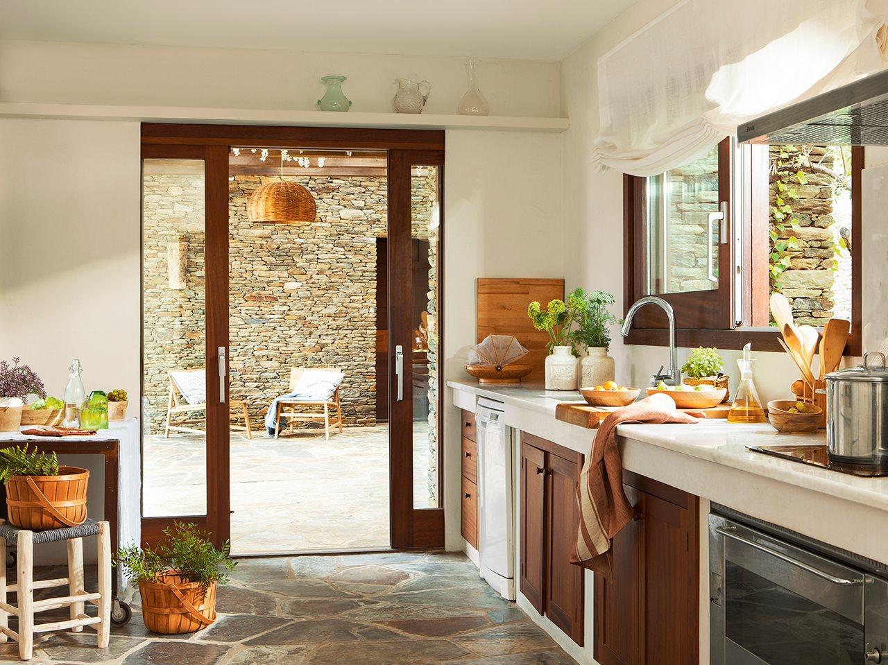 Una casa r stica con vistas a cadaqu s - Suelos para cocinas rusticas ...