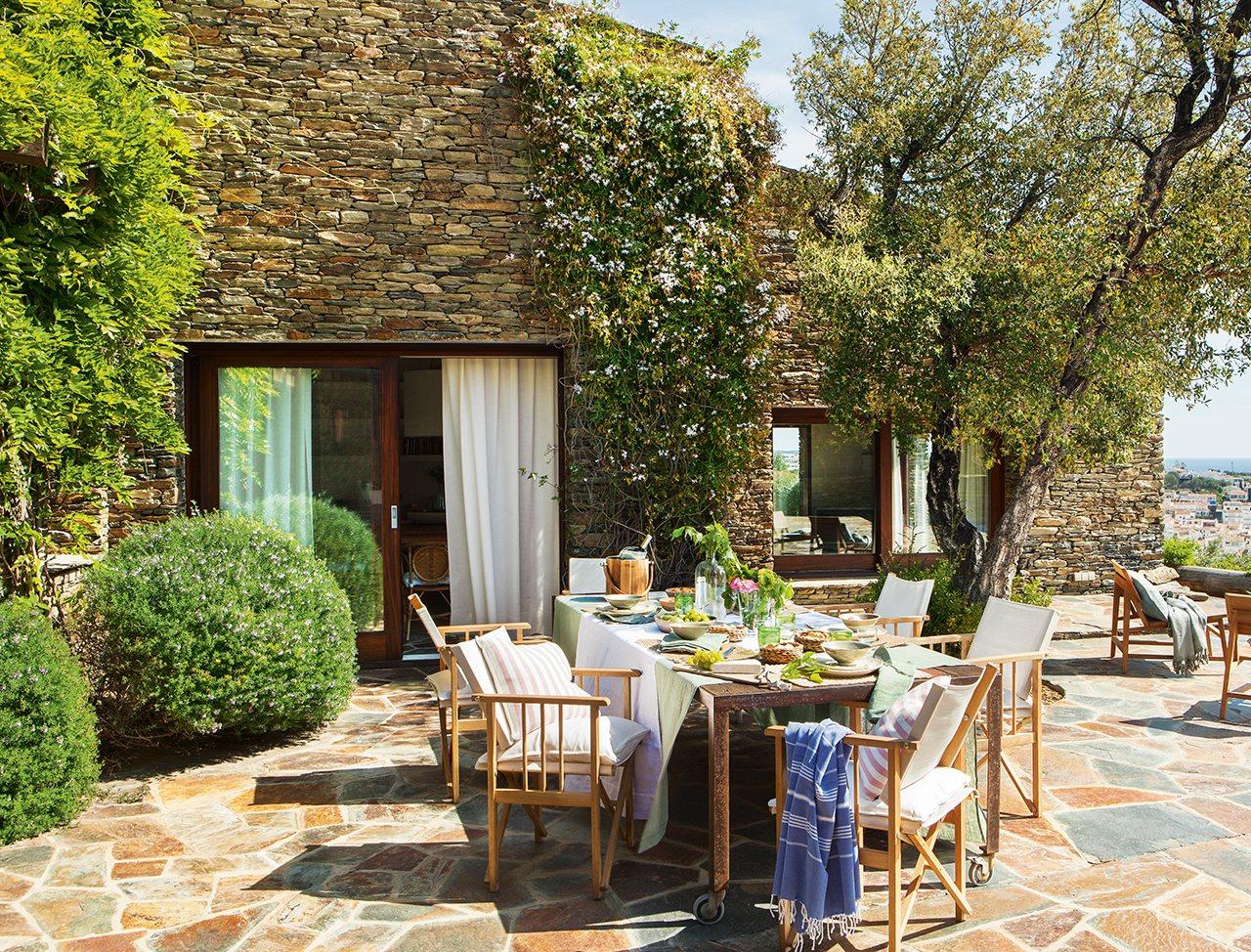 Una casa r stica con vistas a cadaqu s for Adornos para jardines rusticos