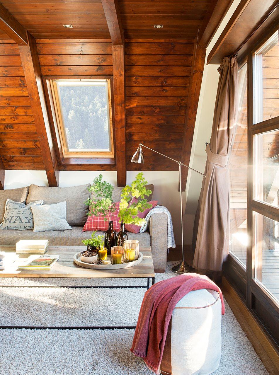 Una peque a casa abuhardillada en el pirineo for Decorar casa techos bajos