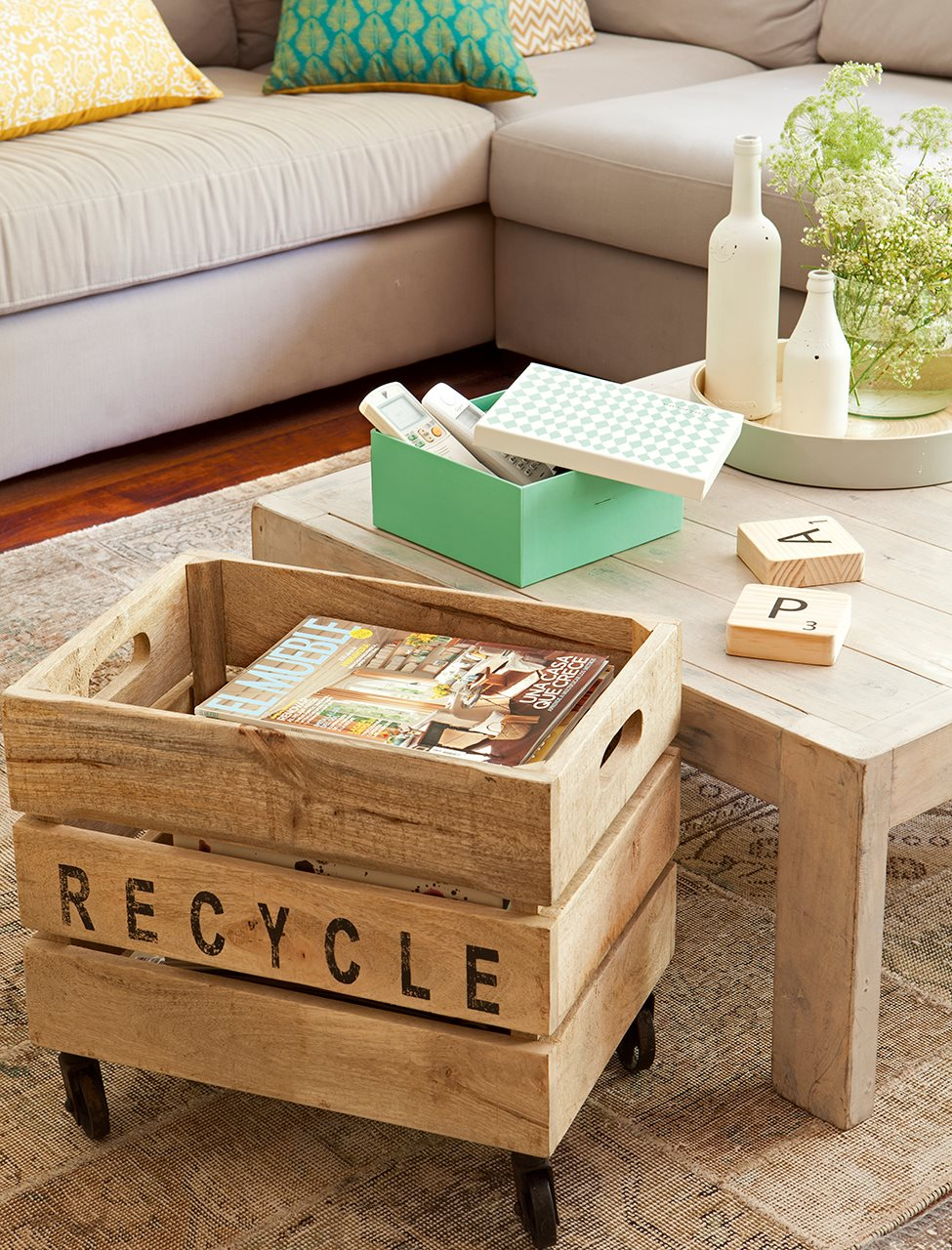 Mesa de centro y caja reciclada a modo de revistero