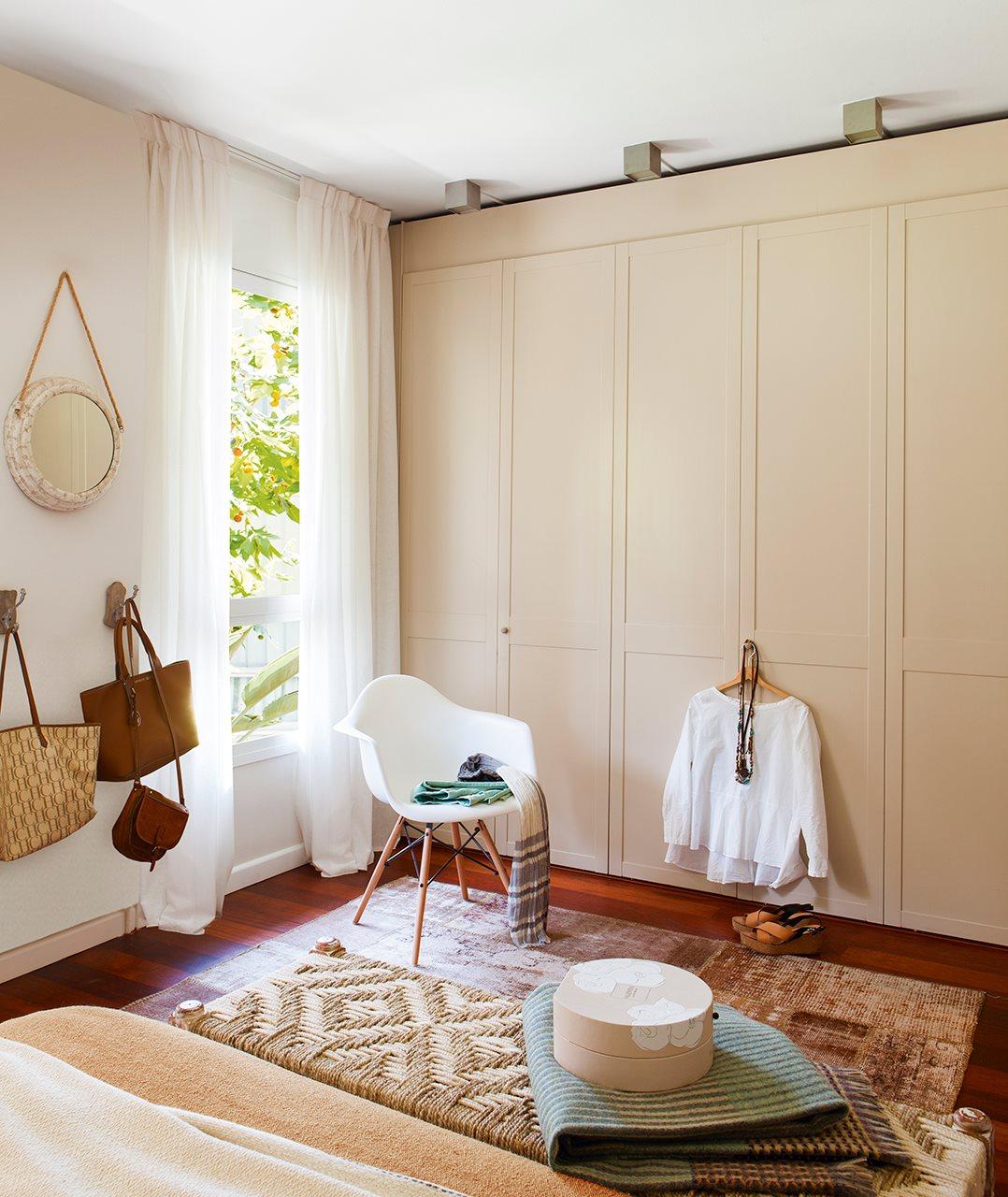 Trucos para ganar espacio en un piso de 80 metros cuadrados for Armarios dormitorio