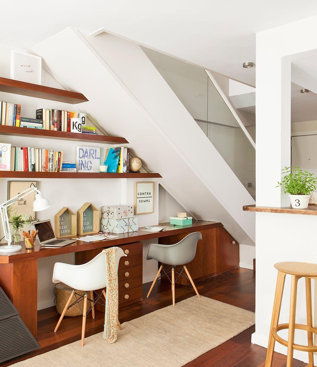 Trucos para ganar espacio en un piso de 80 metros cuadrados for Barra bajo escalera