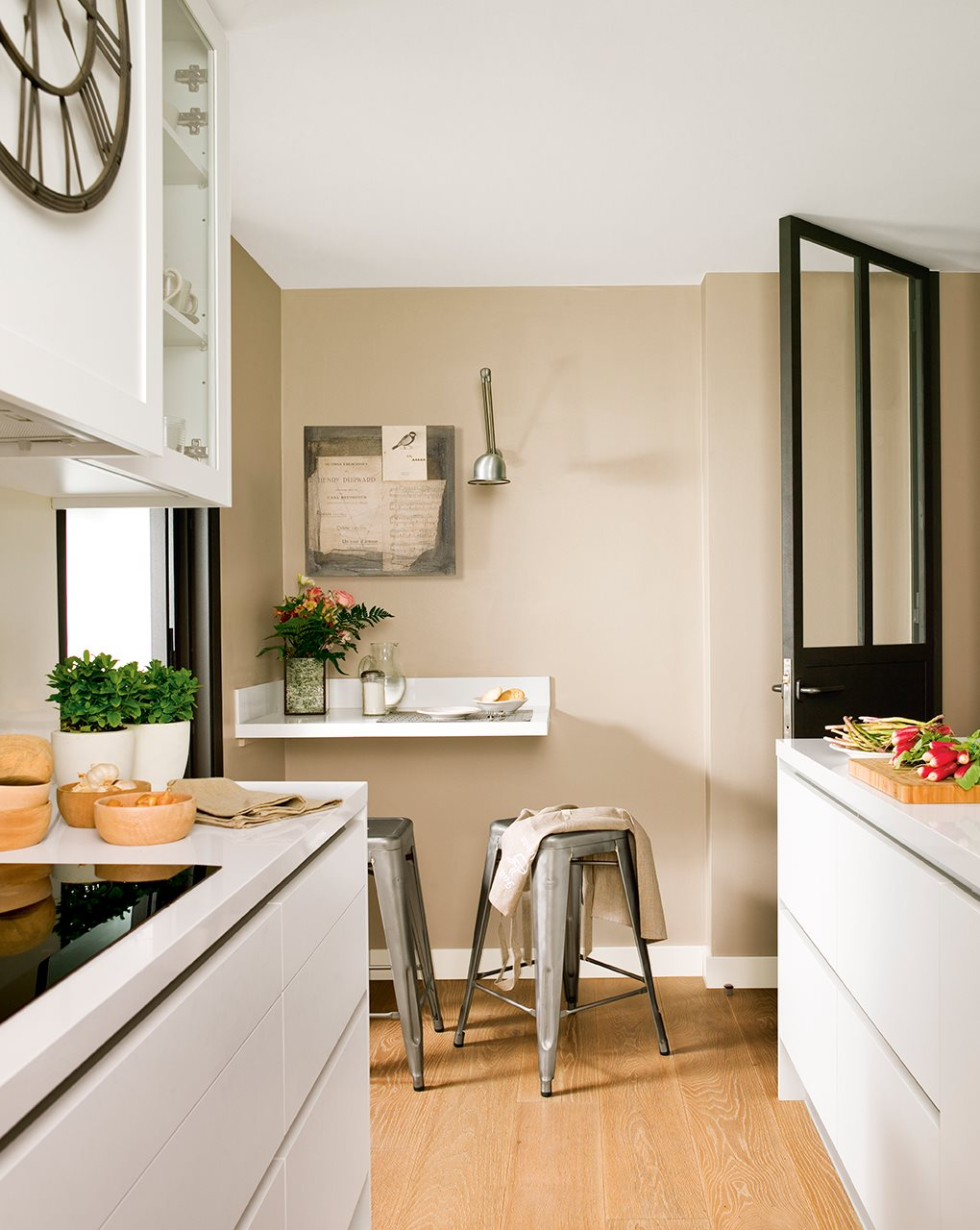 C mo reformar un piso oscuro y alargado para ganar luz y comodidad - Pared cocina pintada ...