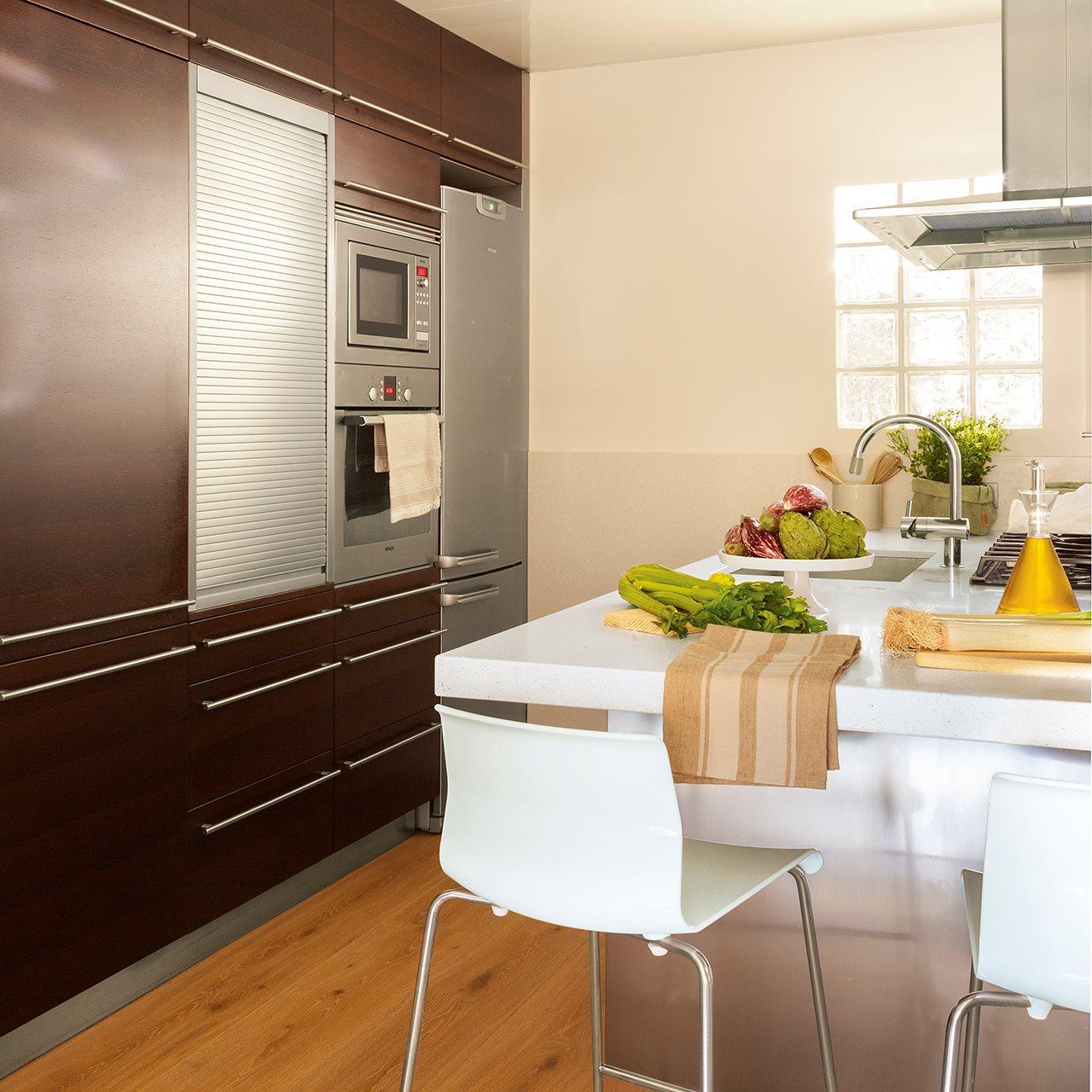 Cocina con muebles en wengué. Cocina con isla y muebles de madera color wengué