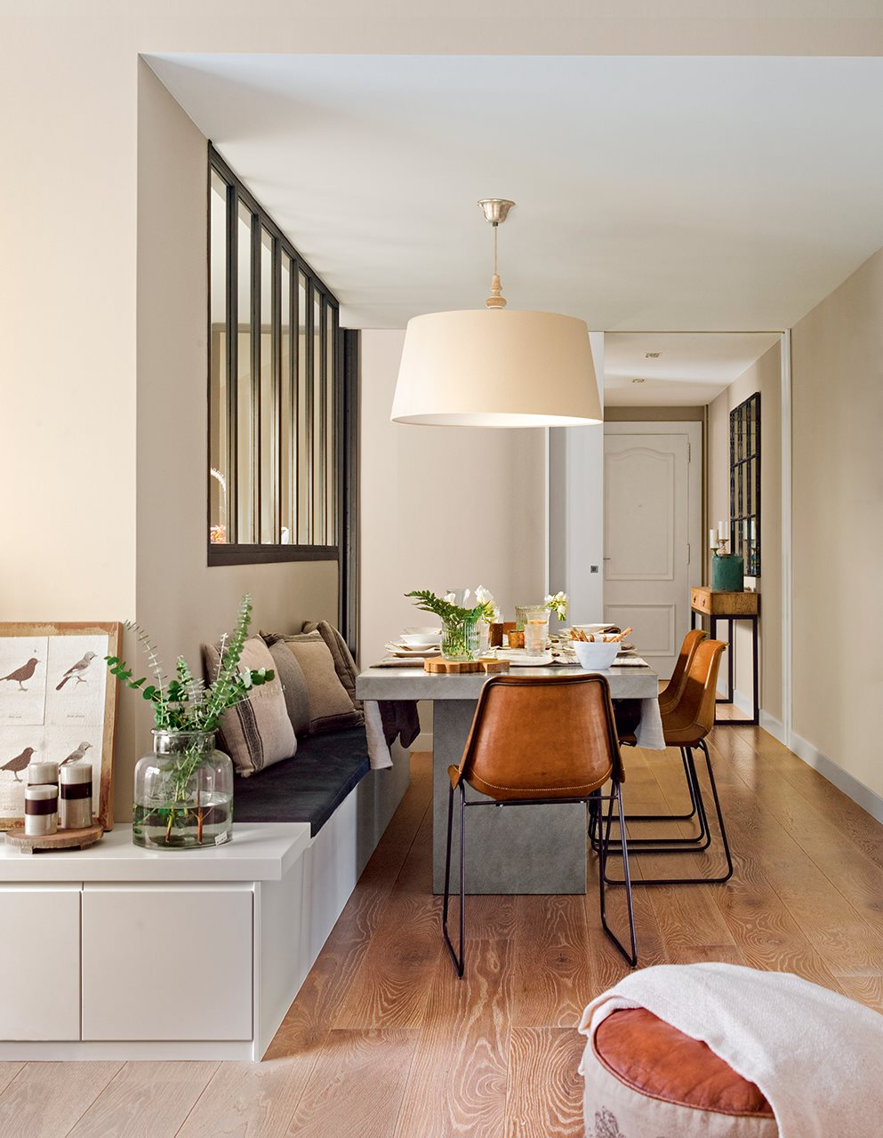 C mo reformar un piso oscuro y alargado para ganar luz y for Comedores integrados