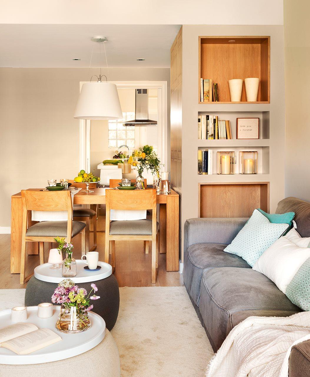 Salón comedor con librería a medida de DM. Comedor con mobiliario de madera y vajilla en verde