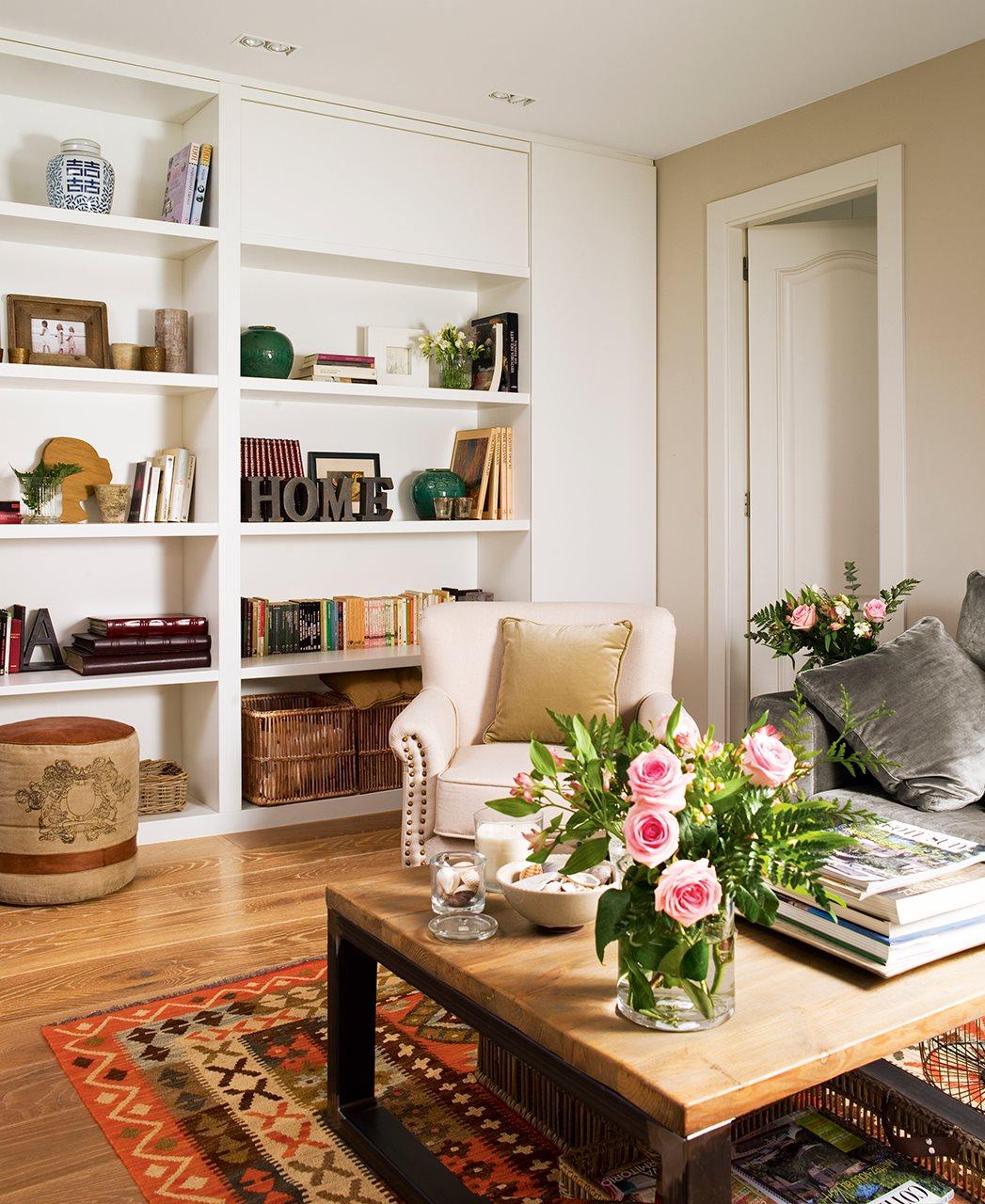 C mo reformar un piso oscuro y alargado para ganar luz y for Librerias para salones pequenos