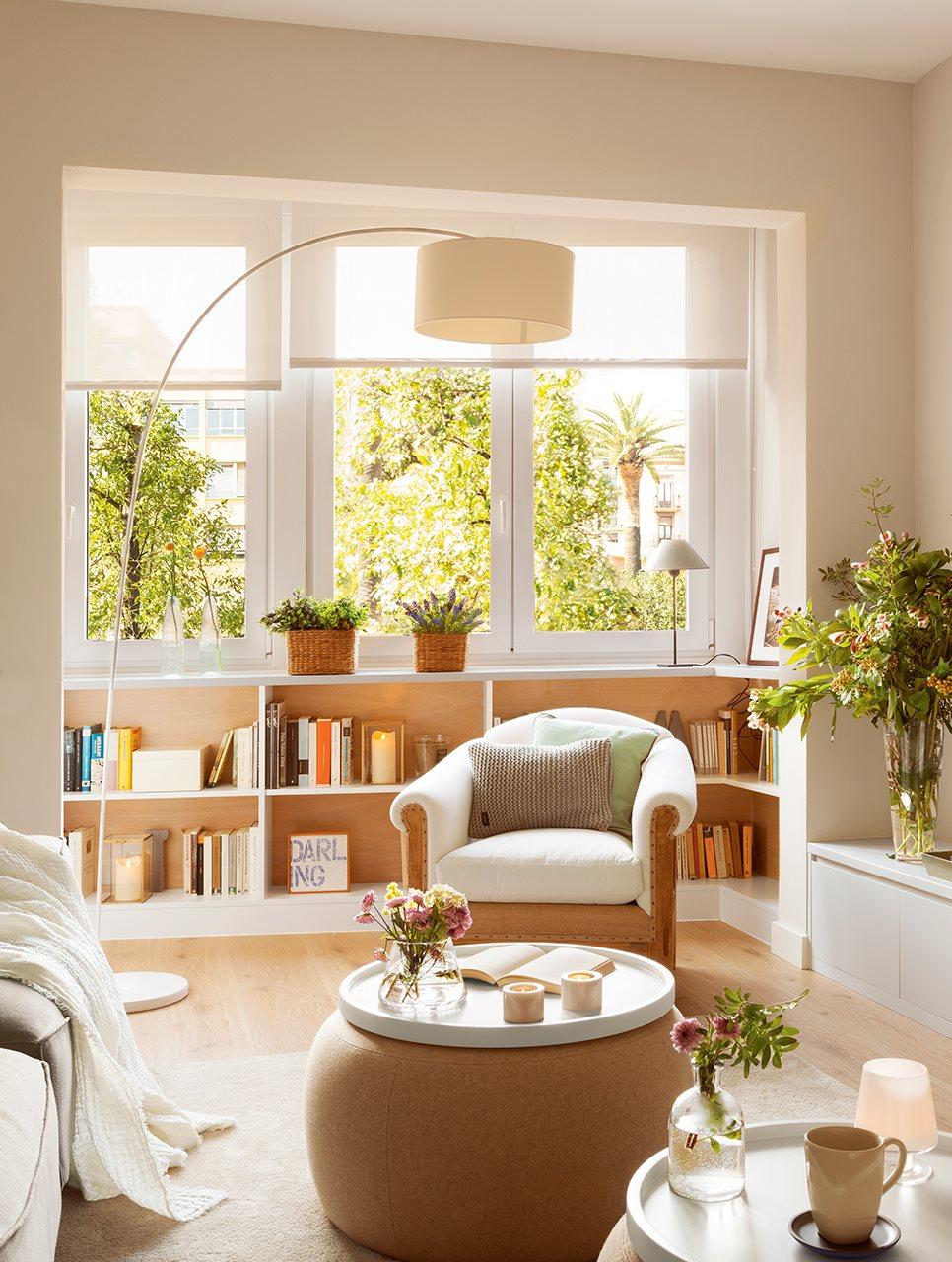 Salón con librería bajo la ventana. Salon con vistas luminoso ventana estanteria