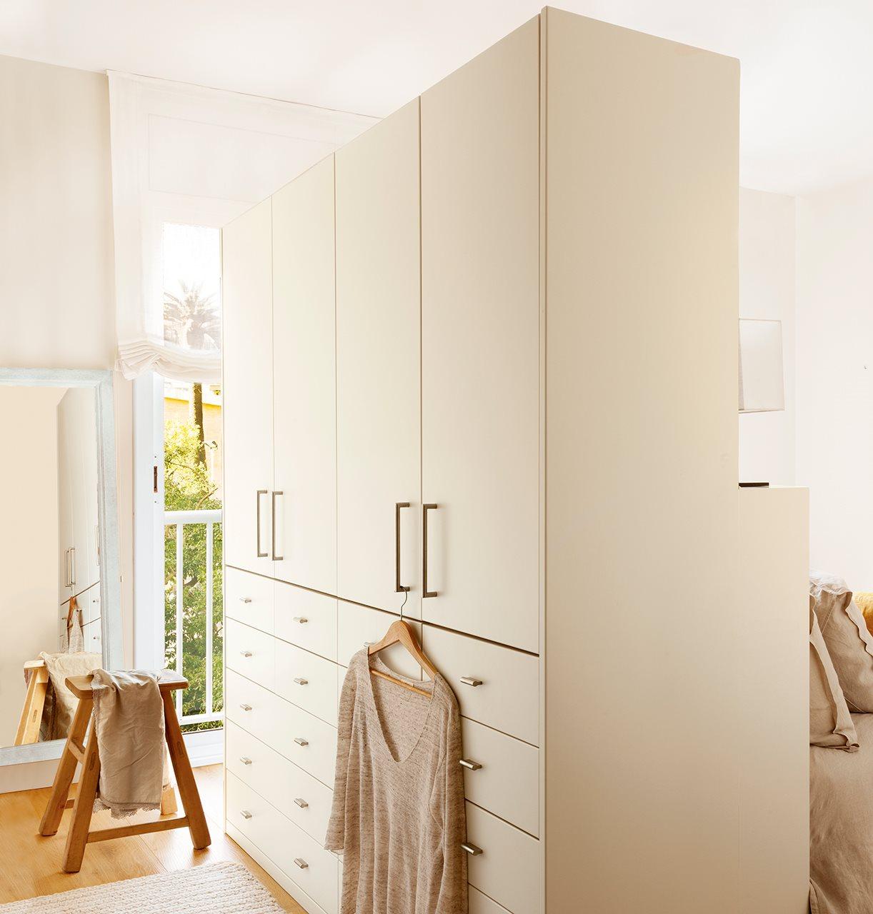 Zona de vestidor. Gran armario blanco con muchos cajones en el vestidor